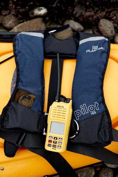 Gilet à déclenchement automatique Pilot 165 et VHF Navicom RT420 accrochée au gilet (VHF non obligatoire)