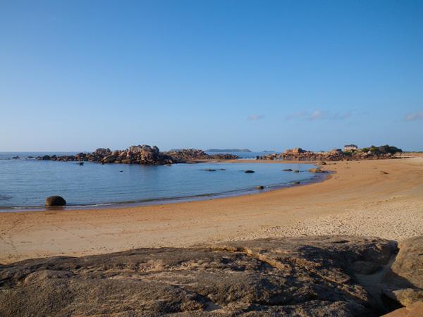 La marée basse permet de visualiser les roches intéressantes d'un coin de pêche