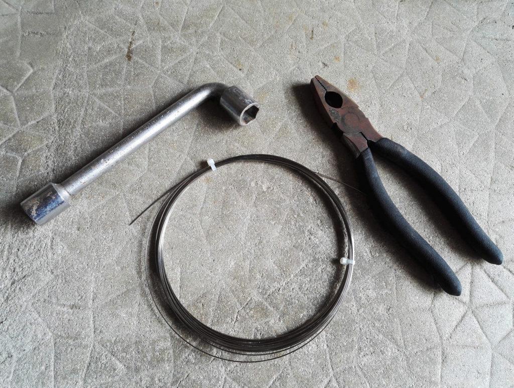 Clé à pipe, pince et corde à piano inox