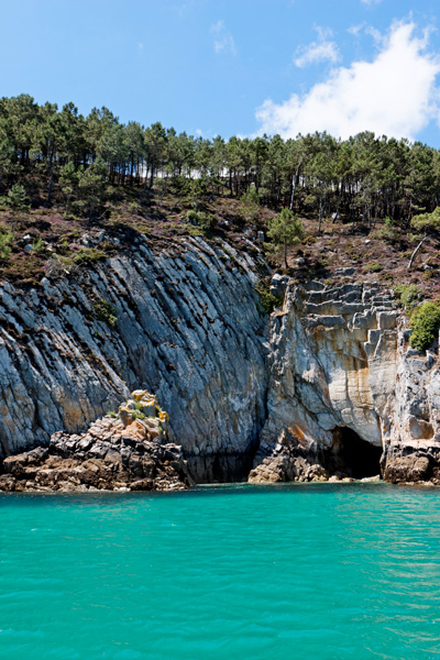 Une des nombreuses grottes des falaises de Crozon